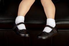 Молодой студент девушки школы нося черные ботинки Стоковое Изображение