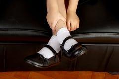 Молодой студент девушки школы нося черные ботинки Стоковая Фотография