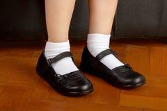 Молодой студент девушки школы нося черные ботинки Стоковое Фото