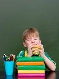 Молодой студент есть сандвич на обеденном времени Стоковая Фотография RF