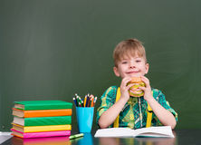 Молодой студент есть сандвич на обеденном времени Стоковое Изображение
