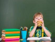 Молодой студент есть сандвич на обеденном времени Стоковые Фотографии RF