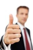 Молодой счастливый бизнесмен показывая большой палец руки вверх по знаку Стоковая Фотография