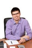 Молодой счастливый бизнесмен работая на его столе стоковая фотография rf