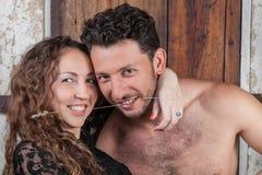 Молодой счастливый обнимать пар, усмехаясь Стоковые Изображения RF