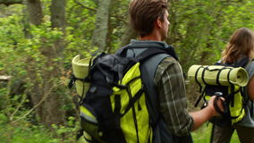 Молодой счастливый пеший туризм пар hiker сток-видео