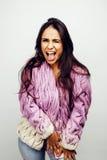 Молодой счастливый усмехаясь представлять латино-американского девочка-подростка эмоциональный на белой предпосылке, концепции лю Стоковое Фото