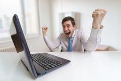 Молодой счастливый человек победитель Онлайн держа пари концепция Стоковое Фото