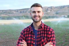 Молодой счастливый человек усмехаясь на камере в природе Стоковые Фото