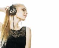 Молодой сладостный талантливый девочка-подросток в изолированный петь наушников стоковая фотография rf