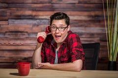 Молодой тазобедренный работник удивленный Phonecall Стоковая Фотография RF