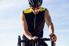 Молодой таймер установки человека велосипедиста на велосипеде в спорт зацепляет Стоковые Фото