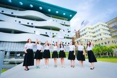 Молодой тайский ход девушки студента бумага Стоковые Изображения