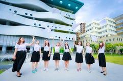 Молодой тайский ход девушки студента бумага Стоковая Фотография RF