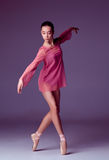 Молодой танцор балерины показывая ее методы Стоковые Изображения RF