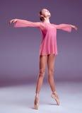Молодой танцор балерины показывая ее методы Стоковое фото RF