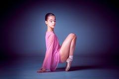 Молодой танцор балерины показывая ее методы Стоковые Изображения
