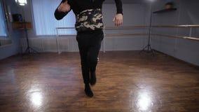Молодой танцор в зале для тренировок Он тренирует и работает бедр-хмель движения танец Бедр-хмеля принадлежит к улице сток-видео
