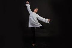 Молодой танцор в темной предпосылке стоковые фото