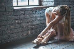 Молодой танцор сидя в студии танца Стоковые Изображения RF