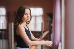 Молодой танцор смотря из окна студии Стоковое фото RF