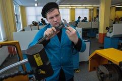Молодой тернер работает на токарном станке стоковые изображения rf