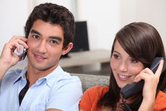 Молодой телефонировать пар Стоковое Изображение