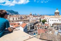 Молодой турист наблюдает городом Палермо сверху стоковые изображения rf
