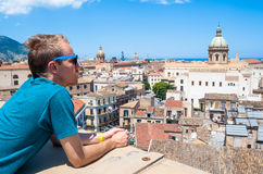Молодой турист наблюдает городом Палермо сверху стоковые фотографии rf
