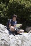 Молодой турист с картой Стоковые Фотографии RF