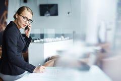 Молодой уверенно предприниматель женщины Стоковая Фотография RF