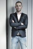 Молодой уверенно человек в синей куртке Стоковое фото RF