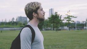 Молодой унылый идти человека сток-видео