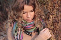 Молодой, усмехаться и милый женщина в парке осени Стоковые Изображения