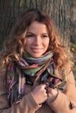 Молодой, усмехаться и милый женщина в парке осени Стоковые Изображения RF