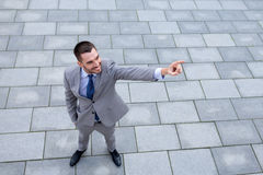 Молодой усмехаясь бизнесмен outdoors от верхней части Стоковая Фотография RF