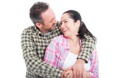 Молодой усмехаясь один другого обнимать пар стоковые изображения rf