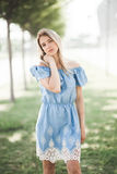 Молодой усмехаясь портрет девушки outdoors Мягкие солнечные цветы Стоковая Фотография RF