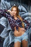 Молодой усмехаясь портрет женщины в рубашке шотландки Стоковые Фотографии RF