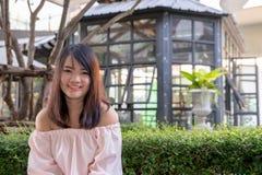 Молодой усмехаясь портрет женщины outdoors Мягкие солнечные цветы близкий портрет красивейший усмехаться девушки Женщина в городе стоковые изображения rf