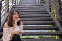 Молодой усмехаясь портрет женщины outdoors Мягкие солнечные цветы близкий портрет красивейший усмехаться девушки Женщина в городе стоковое изображение rf