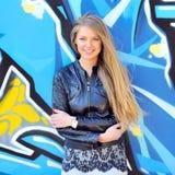 Молодой усмехаясь портрет женщины outdoors Мягкие солнечные цветы стоковая фотография