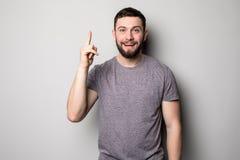 Молодой усмехаясь человек имея хорошую идею изолированную на белизне Скопируйте космос и футболку сетка перста вверх по вектору С Стоковая Фотография RF