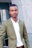 Молодой успешный африканский бизнесмен внешний в лете Стоковая Фотография