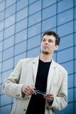 Молодой успешный бизнесмен в городе стоковая фотография