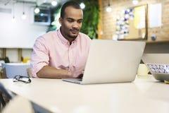 Молодой учитель и студент ища информацию и детали о продуктах онлайн магазина для того чтобы привлечь клиентов Стоковая Фотография RF
