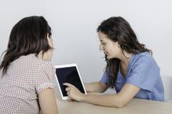 Молодой физиотерапевт доктора с пациентом женщины Стоковые Изображения