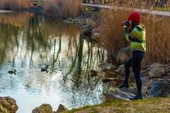 Молодой фотограф в красной шляпе Стоковое Фото
