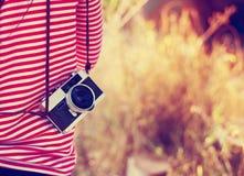 молодой фотограф девушки битника с ретро камерой в перемещении праздника стоковое изображение