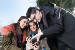 Молодой фотограф и 2 girils средней школы Стоковая Фотография